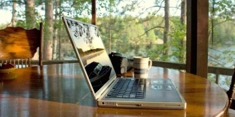 Фото работы за ноутбуком на даче на удаленке